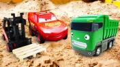 Видео про машинки. Маквин играет в песочнице, а Свинке Пеппе доставляют урожай