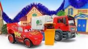 Машинки для детей— Молния Маквин, машинка Мусоровоз и Бульдозер наводят порядок вгороде