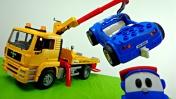 Мультики про машинки - Синяя машинка сломала колесо