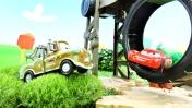 Молния Маккуин прыгает через колесо - Машинки для детей