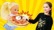 Штеффи приготовила сюрприз для Барби. Еда из пластилина - Игры для девочек