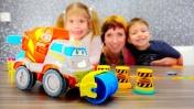Играем с Плей До. Маша Капуки и игрушечные машинки