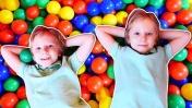 Видео для детей. Двойник и веселые игры. Бассейн с шариками, игрушки