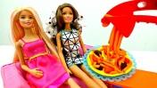 Видео для девочек - Барби и Тереза готовят пиццу из Плей До