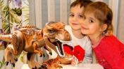 Видео для детей.  Элис и Тимур делают динозавра из Лего