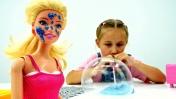 Видео для девочек - Мультик Барби. Играем с Лизуном и надуваем пузыри!