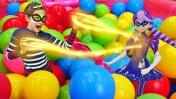 Куклы Леди Баг в бассейне с шариками. Квин Би против Непогоды. Мультики для девочек