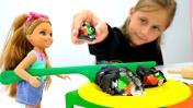 Видео для девочек - Челси готовит роллы для Барби!