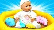 Беби Аннабель играет в песочнице. Куличики для куклы Анабель - Мультики для девочек Как Мама