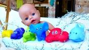 Беби Анабель: Купаем Аннабель в ванной с пеной. Видео для девочек - Играем в куклы. Как мама