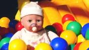 Видео с куклой Беби Анабель – Манеж и сухой бассейн для малышки! – Игры для девочек.