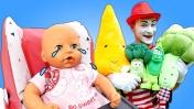 Смешные видео с игрушками - Чем накормить куклу Беби Анабель? - Весёлые игры для детей.