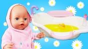 Беби Анабель купается в ванне с ромашкой! Куклы Беби Бон Как Мама - Видео для девочек