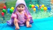 Кукла Беби Анабель в бассейне - Видео для девочек - Игры Как мама!