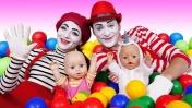 Беби Бон в бассейне с шариками - Чья кукла лучше? Развлечения для детей - Развивающие мультики