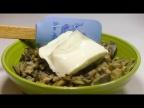 Добавляем плавленый сыр в начинку и заворачиваем как показано в видео!
